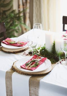Keep it classic this holiday season by checking out this table setting inspiration that features accents of pine, festive reds, and rustic burlap! Click to see how to recreate this unique look for yourself.