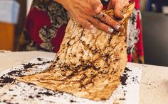 Retire o excesso de pó. Foto: Edu Cesar Banana Bread, Guache, Kids, Desserts, Food, 1, Education, Art Activities For Kids, Painting Activities