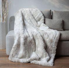 Un #plaid en fausse #fourrure loup blanc plus vrai que nature.  Ce plaid tout doux est parfait pour vous blottir bien au chaud dans votre #canapé ou au pied d'une #cheminée.