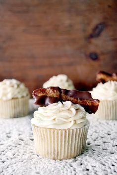 French Toast Cupcakes with maple buttercream and chocolate dipped bacon #cupcake #recipe #cupcakes #cupcakeideas #cupcakerecipes #food #yummy #sweet #delicious #cupcake