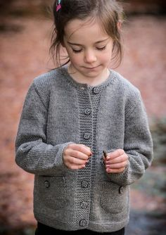 Pigetrøje med lommer - Køb billigt her Free Childrens Knitting Patterns, Kids Patterns, Sweater Knitting Patterns, Knitting For Kids, Baby Vest, Ethical Clothing, Knit Or Crochet, Baby Sweaters, Handmade Clothes