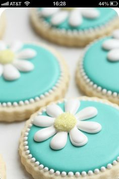 How to decorate daisy cookies with royal icing.by Sweetopia cookies Fancy Cookies, Iced Cookies, Royal Icing Cookies, Sugar Cookies Recipe, Cookie Recipes, Cookie Ideas, Blue Cookies, Summer Cookies, Heart Cookies