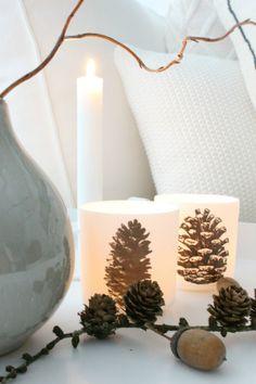 Fotofrage: Mit Kerzenschein und dicken Kissen | SoLebIch.de Tis The Season, Pine Cones, Pillar Candles, Merry Christmas, Candle Holders, Fall, Autumn, Seasons, Table Decorations