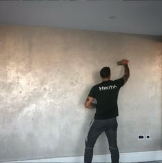 Venetian Plaster comes in a wide array of colour and texture. One popular trend to date has been the use of metallic Venetian Plaster in London. Again, There is a wide range of colours that can be ach Metallic Paint Walls, Painting Textured Walls, Venetian Plaster Walls, Polished Plaster, Wall Finishes, Room Wallpaper, Wall Colors, Colours, Painting Techniques