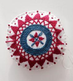 Hallandssöm Scandinavian Embroidery, Swedish Embroidery, Wool Embroidery, Embroidery Fashion, Modern Embroidery, Embroidery Stitches, Embroidery Patterns, Stitch Patterns, Paisley