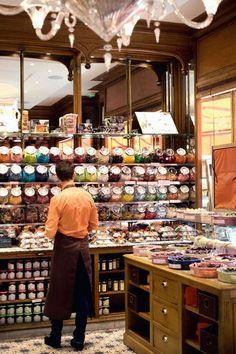 SA: tienda de caramelos en la que los productos se disponen en bomboneras le vieux magasin de bonbons