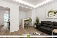 Der hochwertige Parkettboden wurde in dem gesamten Apartment verlegt. Er verbindet die Räume optisch miteinander und bietet behagliche Eleganz.