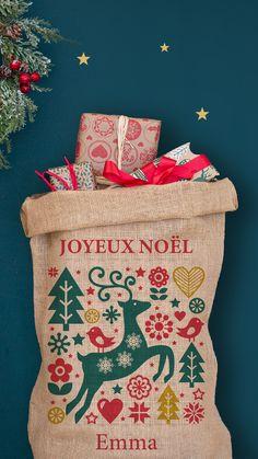 Ajoutez une touche de magie supplémentaire à la nuit de Noël. Découvrez les hottes personnalisées, fabriquées par les lutins A-qui-S, au pied des Pyrénées. Fabrication 24h - Livré en 3 jours Christmas Travel, Noel Christmas, Christmas Cards, Xmas, Deco Table Noel, Reusable Tote Bags, Scrapbook, Hottes, Diy