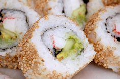 Sushi and Sake Bar - Inside-out California Rolls How To Make California Rolls, California Roll Recipes, California Pizza, Sushi Roll Menu, Sushi Rolls, Poke Recipe, Rolls Recipe, Filling Recipe, Healthy Life