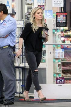 Hilary Duff highlights her legs in ripped skinny jeans and suede heels Hilary Duff Style, Hilary Duff Fashion, Hilary Duff Makeup, Hillary Duff Hair, Casual Outfits, Cute Outfits, Fashion Outfits, Womens Fashion, Looks Rockabilly