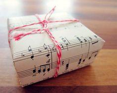 embrulho com partituras - não estrague os livros mas imprima folhas com partituras