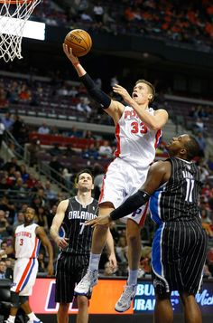 Jonas Jerebko  33 of the Detroit Pistons goes up for a shot between J.J.  Redick 5513714d5