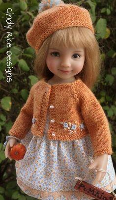 Игрушечные страсти. Вязаная одежда для кукол, которую мы бы сами с удовольствием надели. | Вяжу для души | Яндекс Дзен Knitting Dolls Clothes, Crochet Doll Clothes, Knitted Dolls, Doll Clothes Patterns, Doll Patterns, Pretty Dolls, Beautiful Dolls, Laine Drops, Cute Baby Dolls