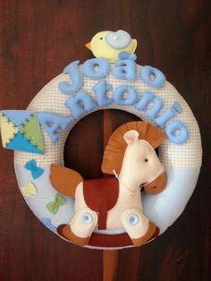 Lindo porta maternidade no tema cavalinho, uma fofura de guirlanda, confeccionamos na cor e tema desejado, tamanho 35×35!