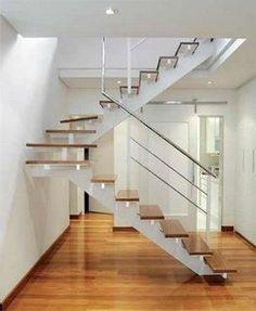 Uma escada pré-moldada em concreto, no formato em U, com largura de 1 metro e degraus de 30 cm, com leque.