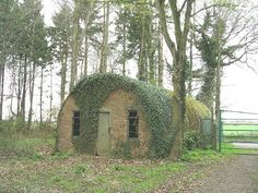 World War Two Nissen hut at the edge of Hockering Wood. Derelict House, Florida Houses, Quonset Hut Homes, Hut House, Server Room, Small Cottages, Tiny Cabins, Interesting Buildings, Bude