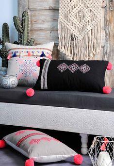 Cushion Cover Designs, Pillow Cover Design, Cushion Covers, Diy Pillows, Cushions On Sofa, Decorative Throw Pillows, Traditional Cushions, Cushion Embroidery, Home Decor Bedroom