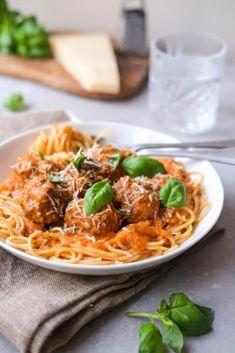 Saftige kødboller i tomatsauce med mascarpone. En dejlig nem hverdagsret for hele familien eller til gæster med et godt glas vin til. Spaghetti Bolognese, Parmesan, Frisk, Ethnic Recipes, Food, Mascarpone, Basil, Meals, Yemek