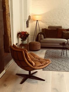 kameraad stoel DYYK in leer Twillight cognac Cozy Chair, Sofas, Living Room Decor, Accent Chairs, Furniture, Google, Home Decor, Style, Art