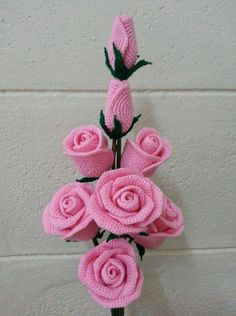 Gorgeous crochet roses: diagram - The Crocheting Place Gorgeous crochet roses - would love to make any of these but no patterns written in English - diagrams provided but unable to read Rosas a crochet rose, crochet, can be a nice d This post was dis Roses Au Crochet, Crochet Flower Patterns, Love Crochet, Crochet Gifts, Crochet Motif, Beautiful Crochet, Crochet Flowers, Crochet Designs, Crochet Stitches