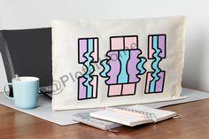 Een beschermhoes voor je monitor of televisie met een glas in lood patroon