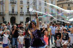 artista di strada con bolle di sapone Bubble puppet show
