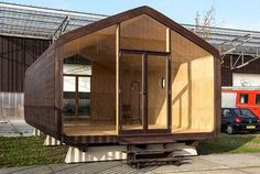 Wikkelhouse: A special little house, made out of cardboard. Prefab Homes, Modular Homes, Micro House, Tiny House, Floating House, Modular Design, House In The Woods, Building Materials, Building A House
