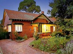 Brick edwardian house exterior with bay windows & decorative lighting - House Facade photo 477502