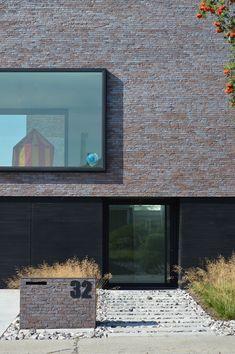 Afgewerkte projecten door Jonas D'hoore | Landschap en tuin als filter op strakke woning | Wemmel Flat Roof, Modern Architecture, Filter, Garage Doors, Outdoor Decor, Home Decor, Seeds, Homemade Home Decor, Modernism
