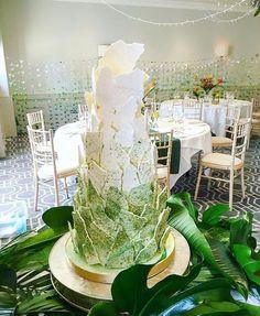 """Pastel decorado con """"hojas"""" de merengue"""