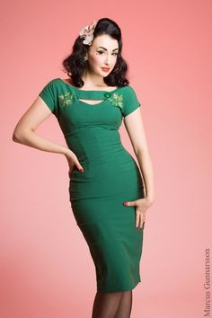The 50s Sierra geen embroidered pencil dress from Bettie Page Clothing. Glamour, elegance, class and sexuality all in one dress. We fell in love immediately with this vintage inspired style: the detailing and the fantastic colour.