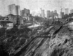 Duzentos homens estão empenhados, das 7 às 22 horas, nos trabalhos de abertura do primeiro quilômetro da Avenida Vinte e Três de Maio, ex-Itororó, cuja extensão deverá ser de aproximadamente dez quilômetros, iniciando-se no Viaduto Dona Paulina e indo até o Ibirapuera. // Blog do Ralph Giesbrecht: A SÃO PAULO DE 1966 (CINQUENTA ANOS ATRÁS)