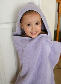 Tutorial : How To : DIY Sewing Craft : Gifts for kids or babies. Bath Towel Hoody Supplies for Bath Towel Hoodies: - one large bath towel – any color one hand towel – any color fabric for letters Sewing For Kids, Baby Sewing, Diy For Kids, Big Kids, Sewing Hacks, Sewing Crafts, Sewing Projects, Hooded Towel Tutorial, Diy Tutorial