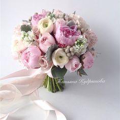 букет невесты из пионов и ранункулюсов