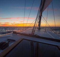 Sonnenuntergänge sind beeindruckend. Doch man kann noch einen drauf setzen! Beim Sunset Sailing lässt sich die romantische Energie eines Sonnenuntergangs mit der Magie und de weitem Horizont großer Gewässer paaren