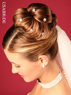 love this hair with the veil and pretty bobby pins