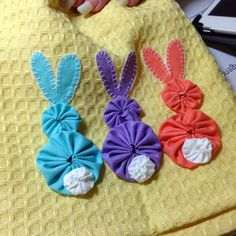 Bunny Tails yo yo cuteness Diy Arts And Crafts, Crafts To Sell, Crafts For Kids, Diy Crafts, Spring Crafts, Spring Projects, Holiday Crafts, Applique Patterns, Sewing Patterns