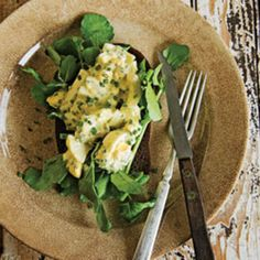 Knife-and-Fork Egg Salad Sandwiches with Chives by Saveur. This egg salad is equally delicious atop bread or eaten on its own. Egg Salad Sandwiches, Soup And Sandwich, Sandwich Recipes, Salad Recipes, Healthy Recipes, Vegetarian Recipes, Ways To Cook Eggs, Hard Boiled Egg Recipes, Calories