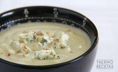 Esta crema de coliflor, pera y queso azul nos reconfortará después de un día frío y lluvioso. Fácil de hacer, con pocas calorías y llena de sabor