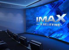El cine tiene sillones para ver un televisor grande.