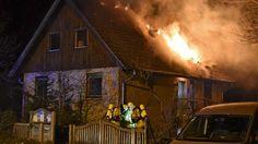 Der Dachstuhl des Einfamilienhauses steht in Flammen. Die Feuerwehr ist mit drei Staffeln im Einsatz. Nach einer Stunde ist der Brand gelöscht  - Dauereinsatz für die Berliner Feuerwehr am Wochenende http://www.bild.de/regional/berlin/brand/berliner-feuerwehr-im-dauereinsatz-40514280.bild.html