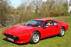 Sportwagen der 70er - Ferrari 308 GTB - Nicht ganz einfach sind die Ferrari-Typenbezeichnungen der 1970er-Jahre. 1975 brachte man den 308 GTB heraus und damit den zweiten 308. Der GTB war aber als reiner Zweisitzer konzipiert. Bekannt wurde das Modell durch die Fernsehserie Magnum, dort fuhr Thomas Magnum einen offenen GTS.