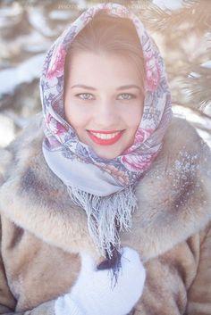 Pretty girl in a Russian Pavlovsky Posad shawl. #folk #beauty #Russian #shawl
