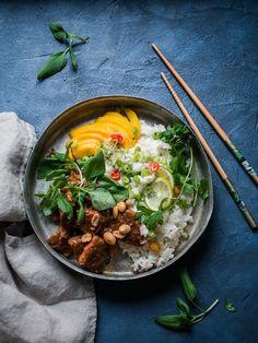 Thai seitan-satay kookosriisillä (V) + Arvonta – Viimeistä murua myöten Meat Recipes, Asian Recipes, Vegetarian Recipes, Snack Recipes, Snacks, Ethnic Recipes, Just Eat It, Vegan Foods, Vegan Meals