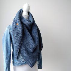 Haak & Maak: Denim blauwe sjaal - omslagdoek in granietsteek haken