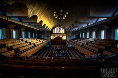 Parte 1de 2. Interior de la Synagogue, Liverpool, England. Construida 1936/1937 por Ernest Alfred Shenan, estilo Art Deco. La sinagoga se cierra en 2008 y es abandonada a su suerte.