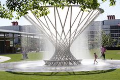 Little girl enjoying the Mist Tree fountain on a hot afternoon at Discovery Green Park in Houston Texas Water Fountain Design, Modern Fountain, Houston Architecture, Landscape Architecture Design, Fountain Plaza, Modern Water Feature, Discovery Green, Plaza Design, Water Sculpture