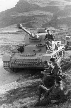Panzer IV - tank & her crew stopped for supplies Panzer Iv, Nagasaki, Hiroshima, Afrika Corps, Germany Ww2, Ww2 Photos, Tank Destroyer, Armored Fighting Vehicle, Ww2 Tanks