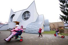 Kindergarten Die Katze is a children's school in Wolfartsweier near Karlsruhe, Germany built in the adorable likeness of a giant, white cat. Designed by artist Tomi Ungerer and architect Ayla-Suzan Yöndel, the educational venue adds a dose of whimsy for children to take delight in going to school.