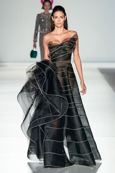 Ralph & Russo Spring 2020 Couture Fashion Show - VogueYou can find Spring couture and more on our website.Ralph & Russo Spring 2020 Couture Fashion Show - Vogue Haute Couture Style, Haute Couture Gowns, Spring Couture, Couture Fashion, Runway Fashion, Juicy Couture, Beautiful Gowns, Beautiful Outfits, Elegant Dresses